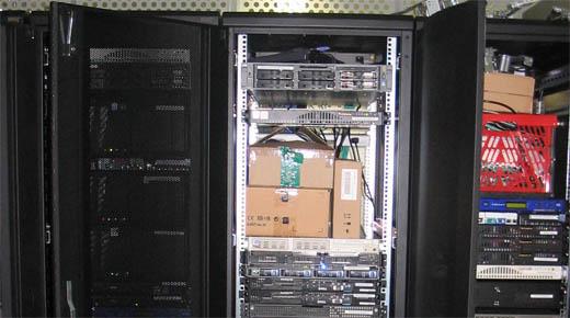 IceHosting racks in GlobalSwitch met kartonnendozen erin