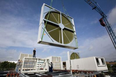 Plaatsing van een van de ventilatoren op het datacenter van Getronics PinkRoccade Amsterdam