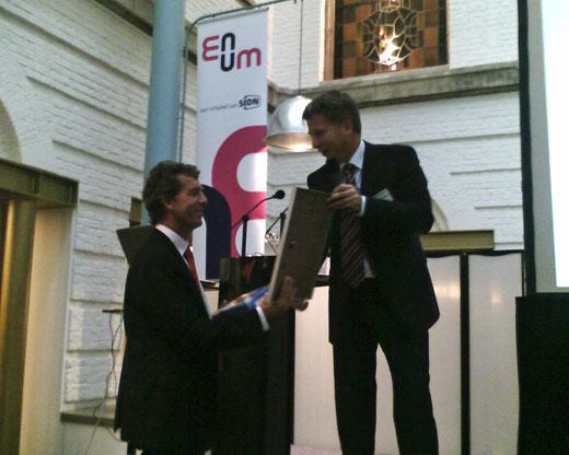 Roelof Meijer (Stichting ENUM / SIDN) (rechts) overhandigd Mark Frequin (DGET MinEz) (links) het eerste ENUM registratie contract.