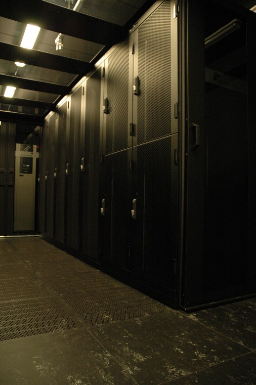 Een cold corridor opstelling met 1/2 en 1/4 secured cabinets van Minkels