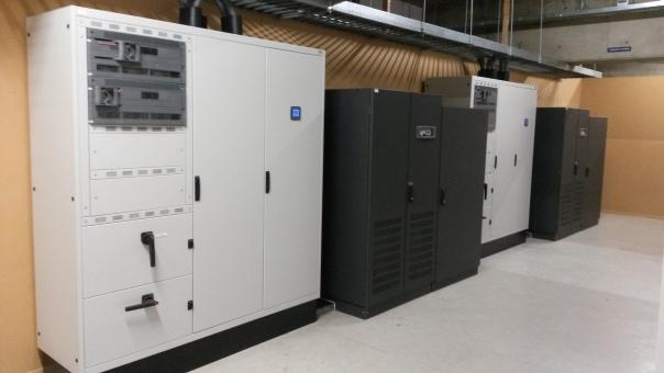 De UPS vangt bij een stroomstoring tijdelijk de belasting op. Dit zorgt ervoor dat er geen downtime ontstaat en geeft de generatoren de tijd om op te schakelen, zodat deze de primaire stroomvoorziening kunnen opvangen. DCA maakt additioneel ook gebruik van stroomverdelers (ATS, Automatic Transfer Switch).