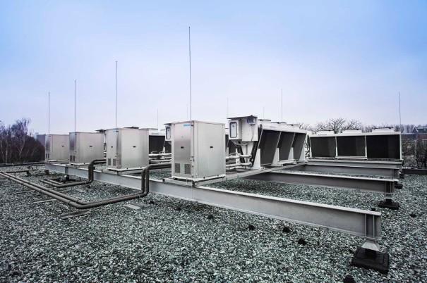 De airconditioning vanaf het dak gezien