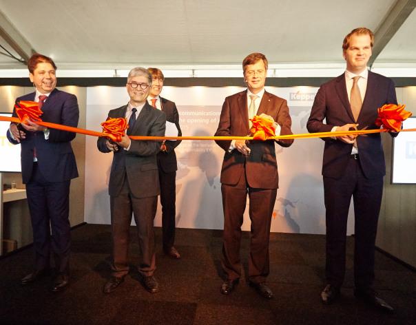 Jan-Peter Balkenende mocht als eregast het lint doorknippen, ter symbool van de opening.