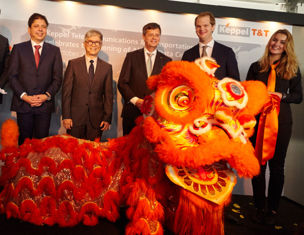 Om het datacenter officieel te openen, werd er een dansceremonie gehouden met een oranje leeuw.