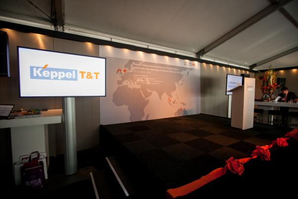 Met het door te knippen lint al op het podium, vinden de laatste voorbereidingen voor de opening van het datacenter plaats.