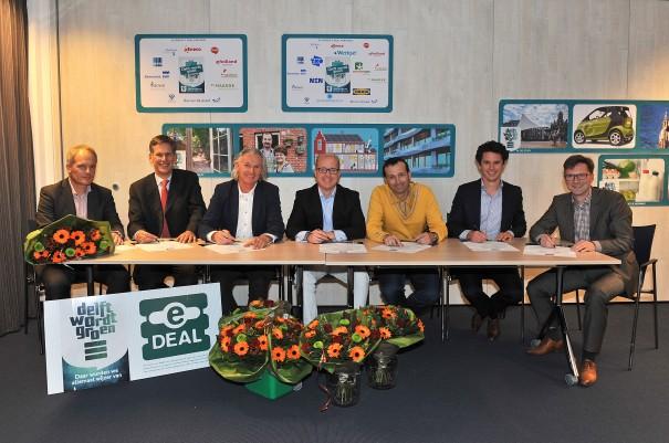 fotobijschrift Siemon van den Berg van The Datacenter Group ondertekent E-Deal